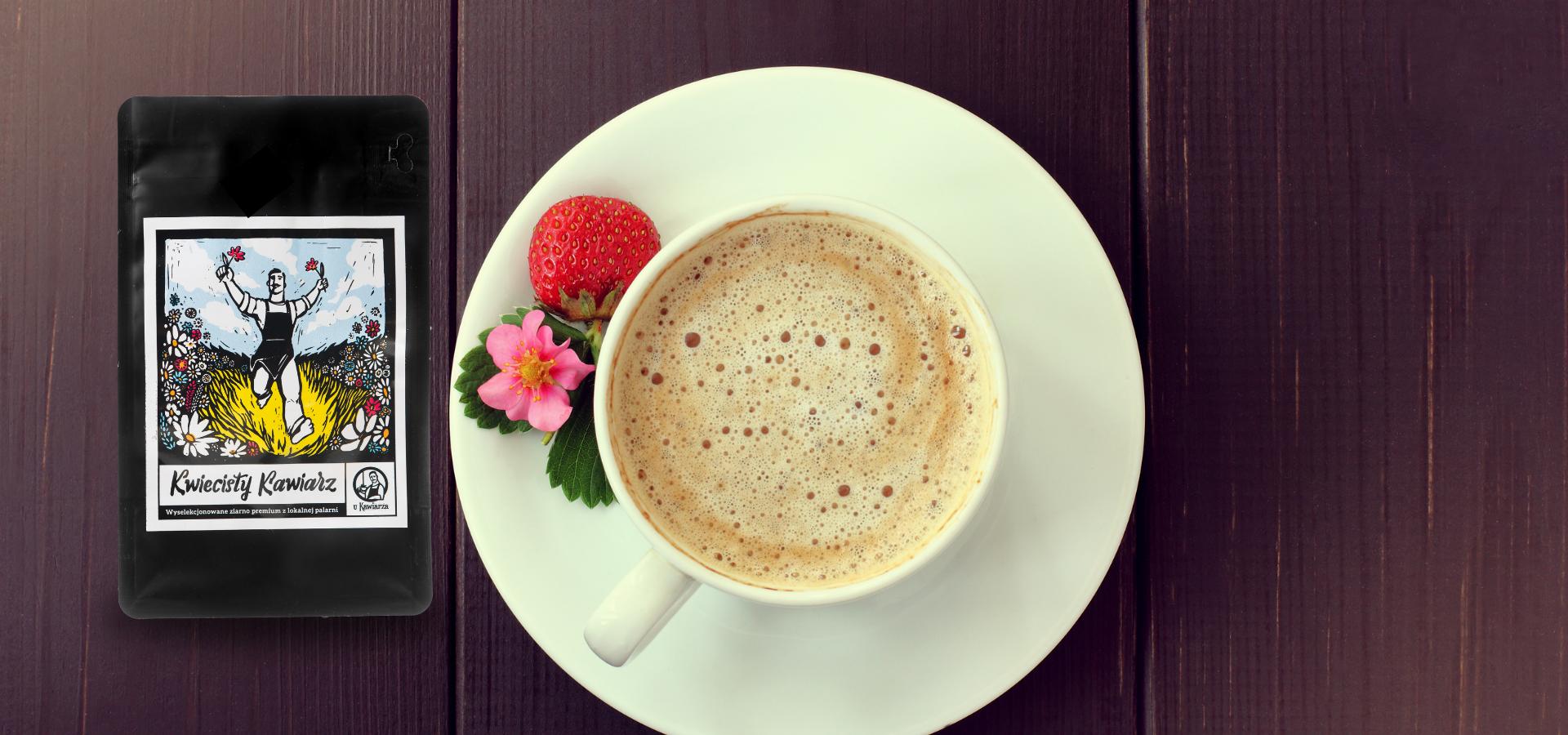 Kwiecisty Kawiarz, sezonowa mieszanka kawy, w towarzystwie świeżo zaparzonego naparu i truskawki. Idealne espresso na idealny dzień.