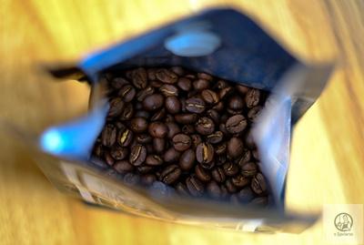Ziarna dobrej jakości kawy o ciemnobrązowej barwie, która świadczy o średni profilu palenia.