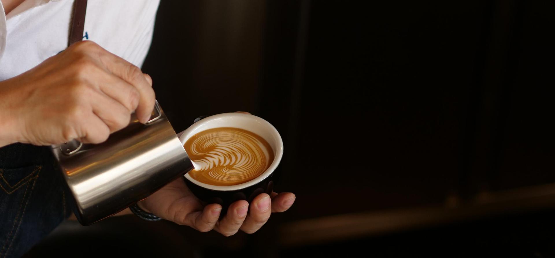 Prawidłowo spienione mleko pozwala zrobić artystyczne wzory na cappuccino.