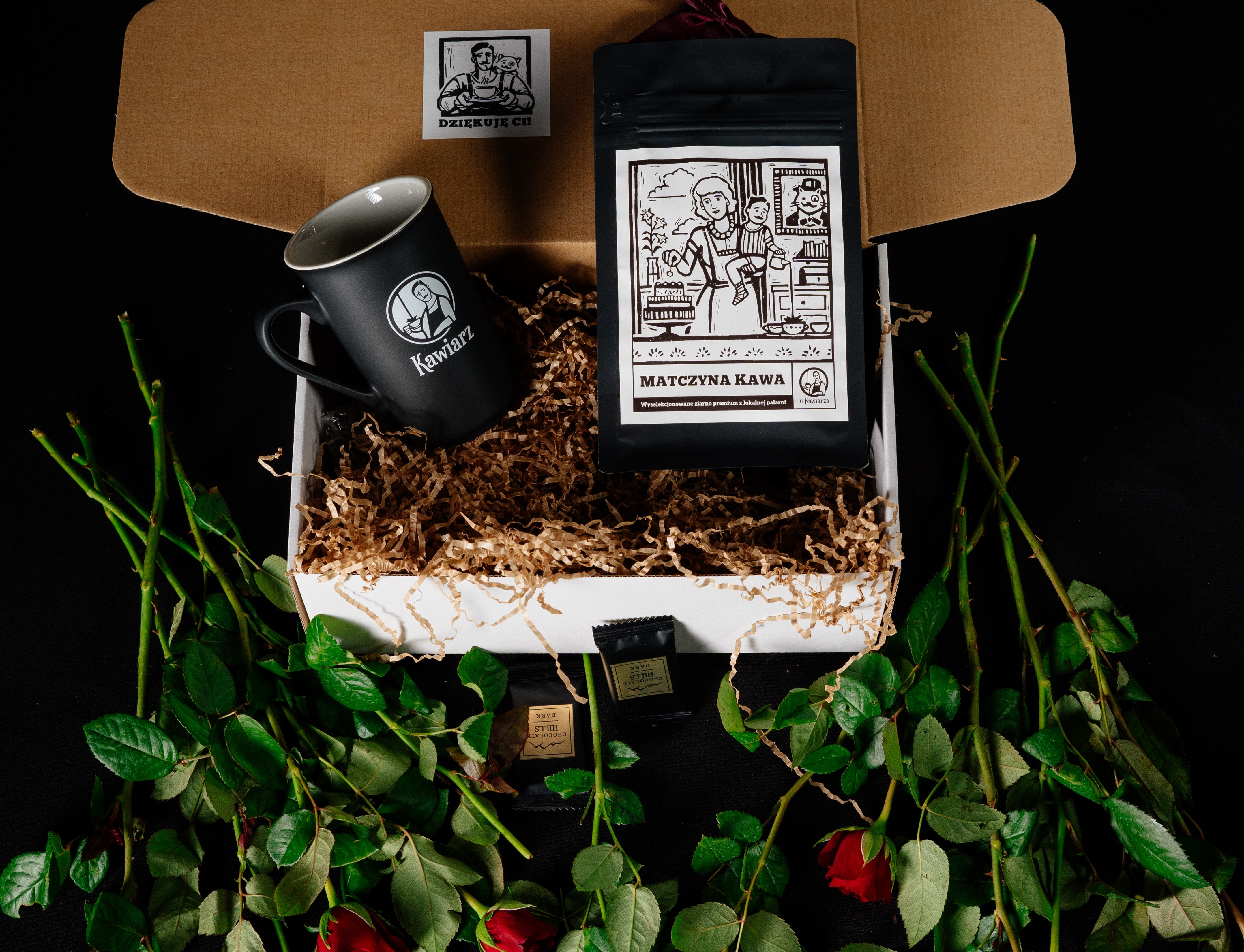 Zestaw prezentowy na Dzień Matki. Kawa ziarnista wysokiej jakości, stylowy kubek i coś słodkiego zapakowane w piękne opakowanie.