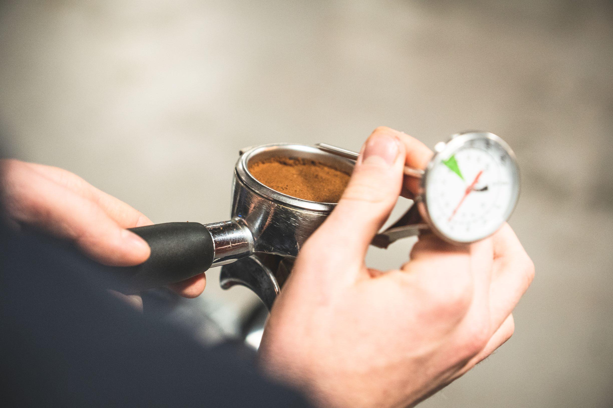 Tamperowanie kawy jest bardzo ważna czynnością w procesie parzenia espresso.