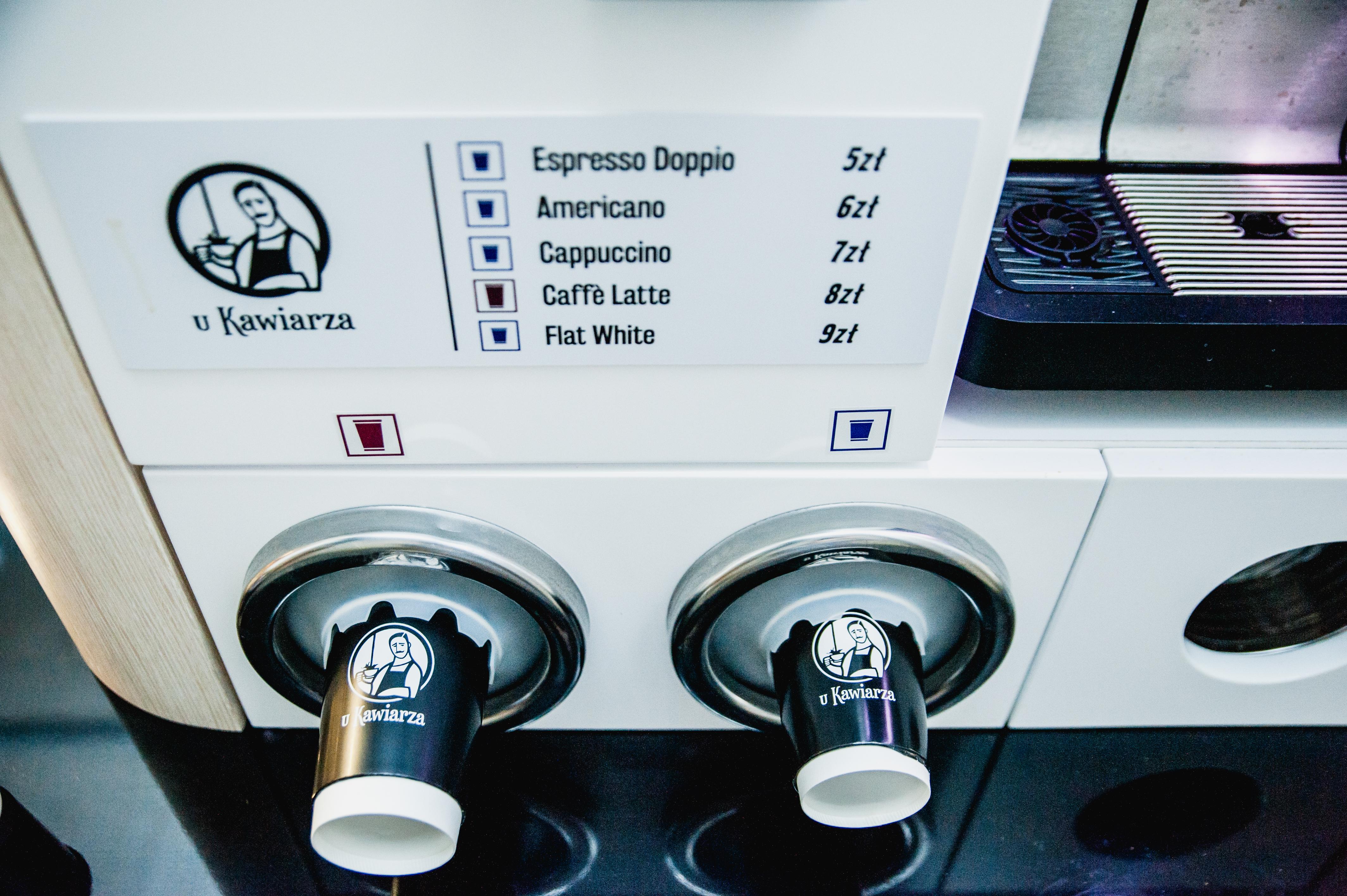 Machina kawiarza, kawy do wyboru: espresso dopio, americano, cappuccino, caffe latte, flat white